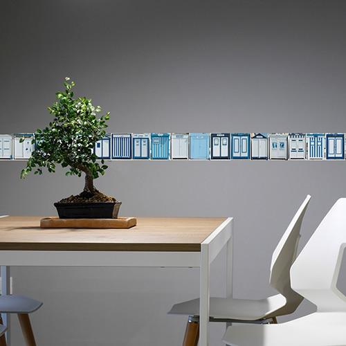 Frise cabines de plage bleues sur mur gris