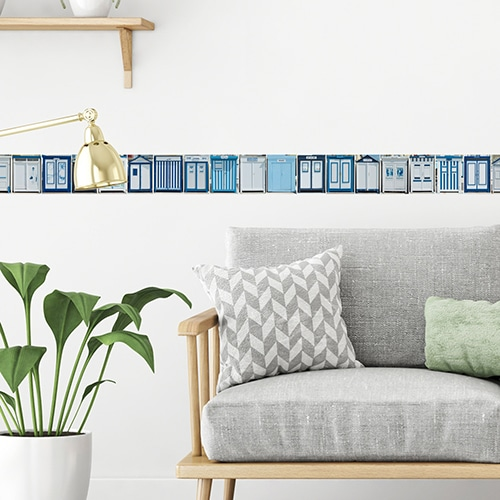 Frise cabines de plage bleues sur mur clair