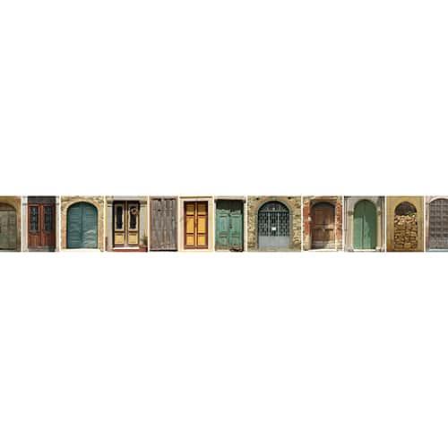 Frise des portes du monde sur mur gris