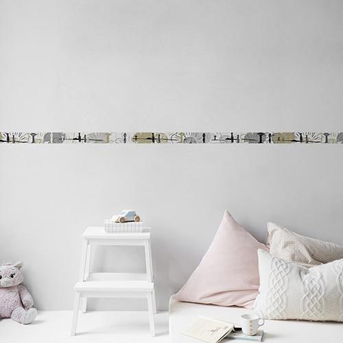 Sticker frise femmes dans la savane gris et beige dans chambre d'enfant avec coussins clairs et peluche