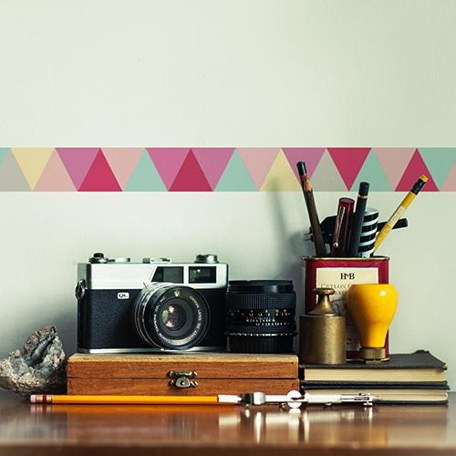 Sticker triangles rose turquoise gris et jaune sur mur clair
