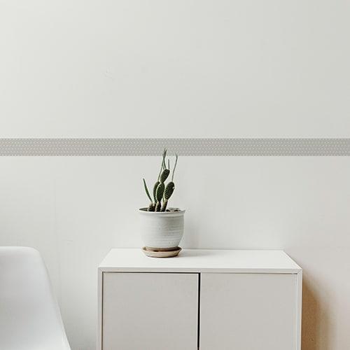 Frise grise design sur mur blanc