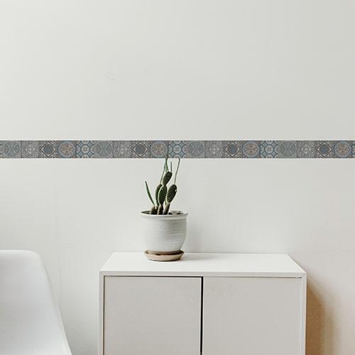 Frise adhésive carreaux de ciment imitation carrelage bleu et blanc sur mur blanc