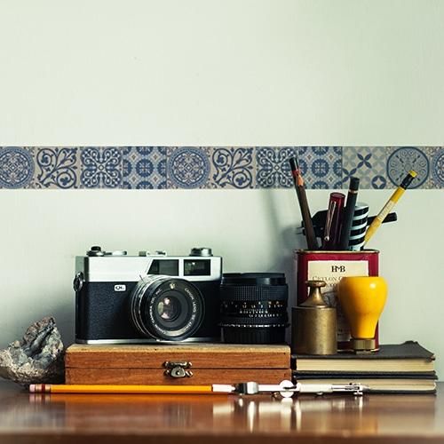 Frise imitation carrelage bleu et blanc sur mur clair