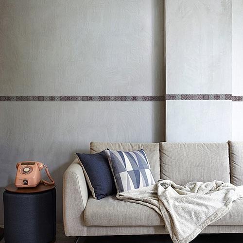 Frise imitation carrelage rouge et gris sur mur gris clair