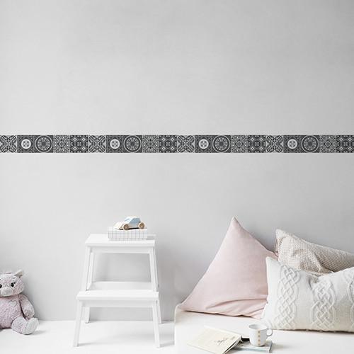 Sticker frise imitation carrelage design gris sur ur clair avec coussins clairs