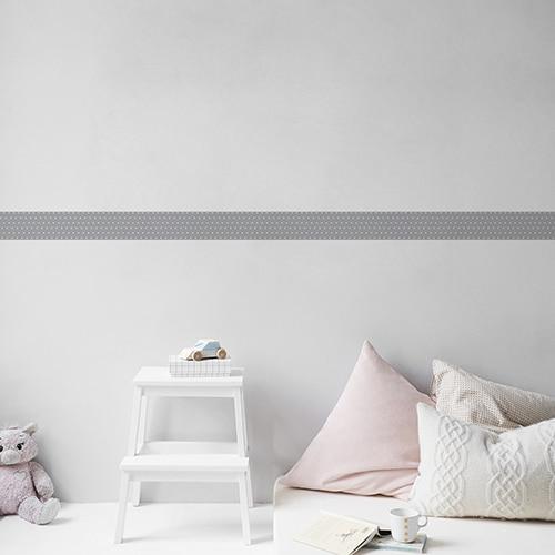 Sticker frise gris et points blancs avec coussins clairs sur mur gris clair