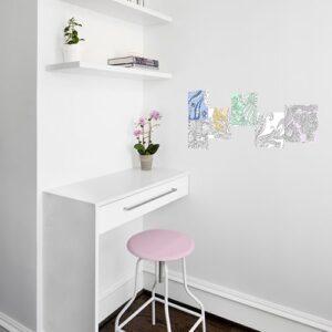 Adhésifs muraux à colorier Fleurs Indiennes mis en ambiance sur un mur blanc