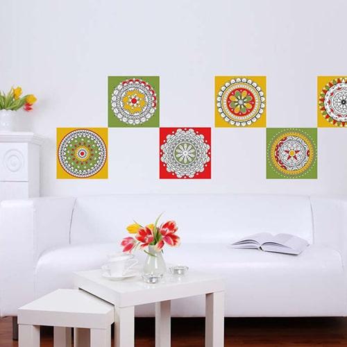 Stickers adhésif Mandala à colorier sur le mur d'une pièce à vivre
