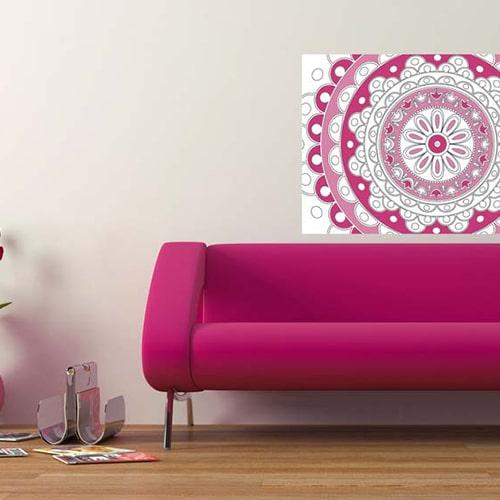 Sticker mural à colorier Rosace mis en ambiance sur un mur clair au dessus d'un canapé rose