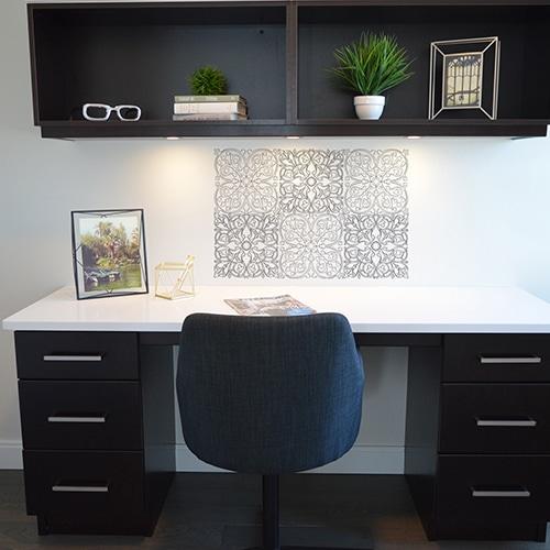 Adhésifs muraux géants à colorier avec motifs azulejos à colorier entièrement, mis en ambiance sur un mur blanc au dessus d'un bureau