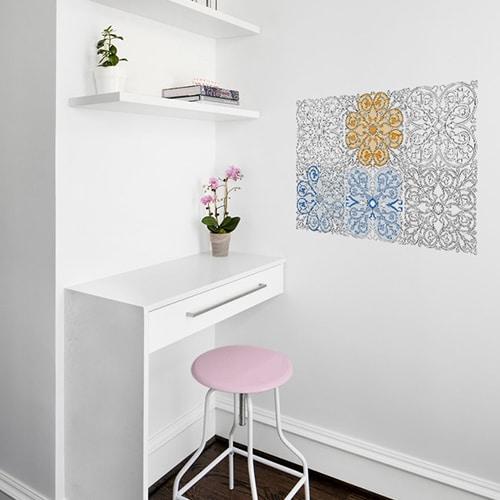 Autocollants muraux géants à colorier avec motifs azulejos mis en ambiance sur un mur blanc