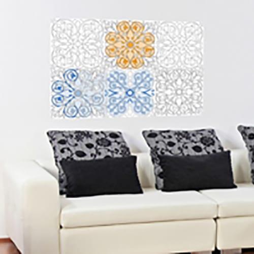 stickers muraux géants à colorier avec motifs azulejos mis en ambiance sur un mur blanc