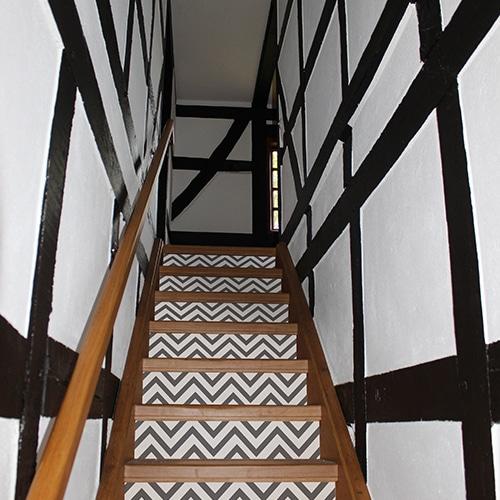 Sticker adhésif gris et blanc pour contremarches d'escalier en bois