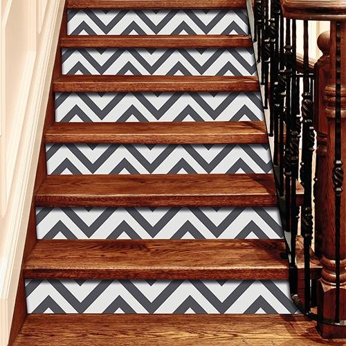 Sticker adhésif gris et blanc pour contremarches d'escalier en bois`