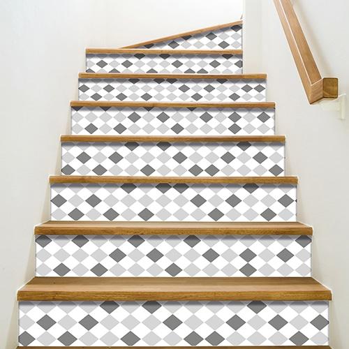 stickers autocollants avec motifs losanges gris froncés, gris clairs, et blanc pour contremarches, mis en ambiance sur des escaliers en bois marron clair