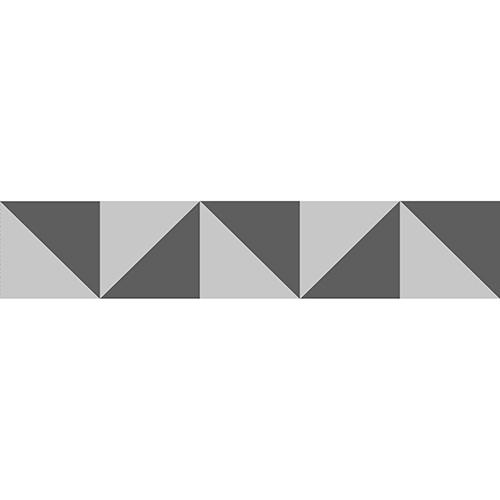 stickers adhésifs triangles gris et blanc pour contremarches mis en ambiance sur des escaliers en bois marrons clairs