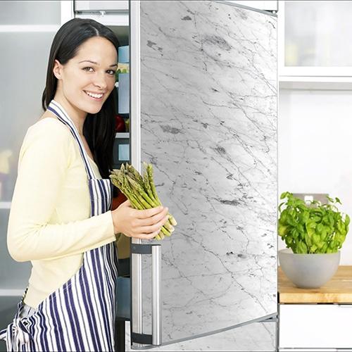 Stickers Marbre adhésifs pour frigo avec porte ouverte et cusinière rangeant des asperges