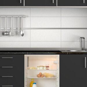 Stickers intérieur de frigo adhésif pour frigo dans une cuisine moderne gris foncé et acier inox