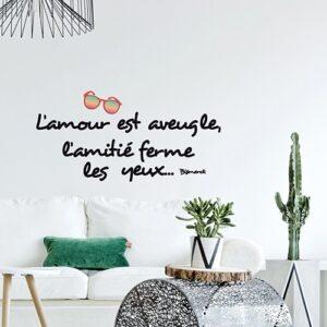 Stickers planche Amour et Amitié au-dessus d'un canapé blanc