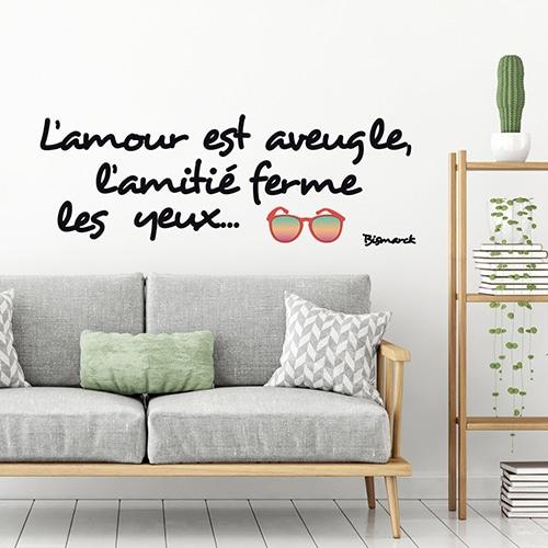 Stickers planche Amour et Amitié au-dessus d'un canapé gris