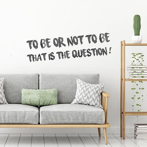 Sticker Être ou ne pas être mis au dessus d'un canapé