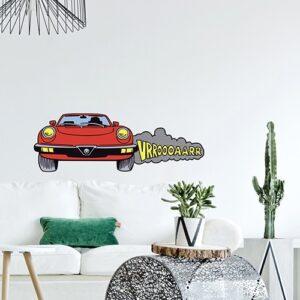 Sticker de voiture rouge coller sur un mur de salon