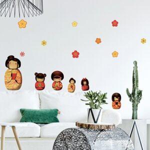 Stickers autocollants Poupée Kokeshi sur un mur blanc au-dessus d'un canapé blanc