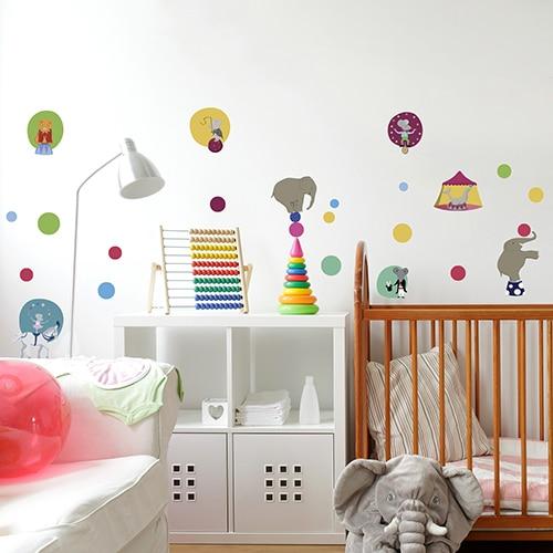 Sticker adhésif dessins du cirque coller sur le mur d'une chambre enfant