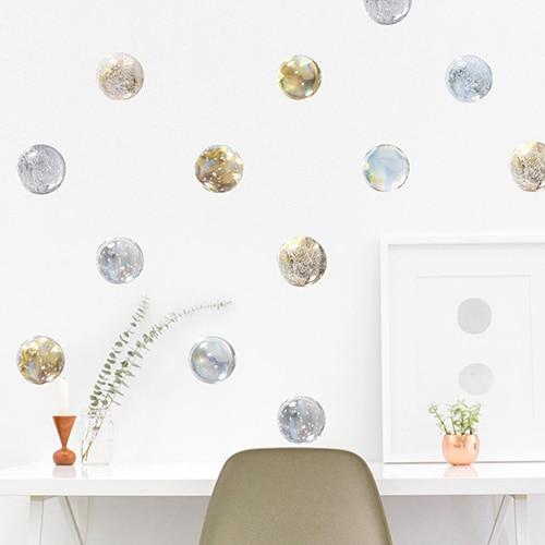 Décoration sticker de noel avec des boules adhésive au-dessus d'une table blanche