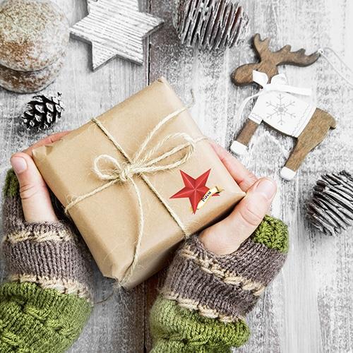 Étiquettes étoile rouge sur un paquet cadeau