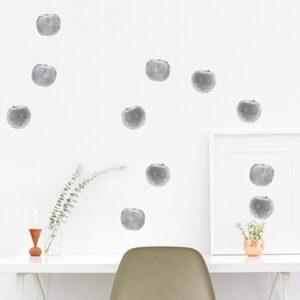 Pommes en Argent en sticker collé sur un mur blanc au-dessus d'un bureau