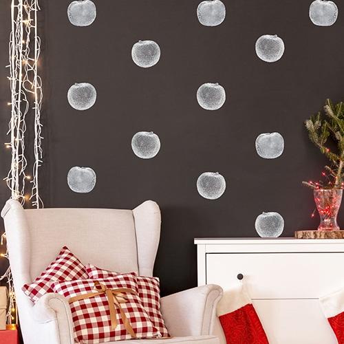 Stickers de Pommes en Argent collé sur un mur noir dans un salon