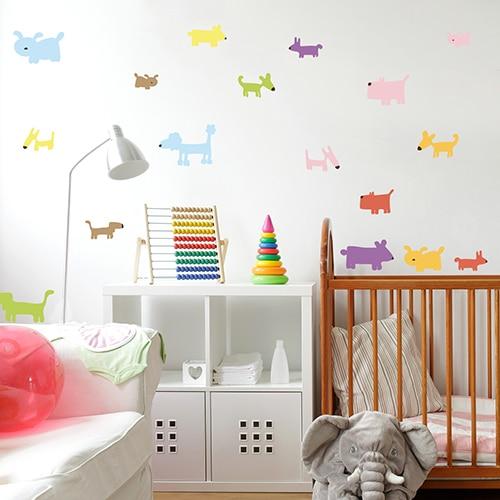 Déco de chambre enfant avec des dessins de stickers de Chiens Colorés