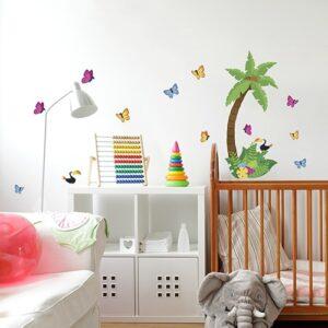 Autocollant d'un cocotier et de papillons collé sur un mur de chambre d'enfant