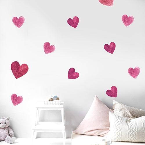 Adhésifs de Coeurs rose mis dans une chambre d'enfant