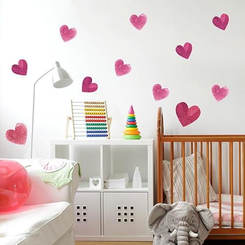 Adhésif de Coeurs rose coller dans une chambre de fille