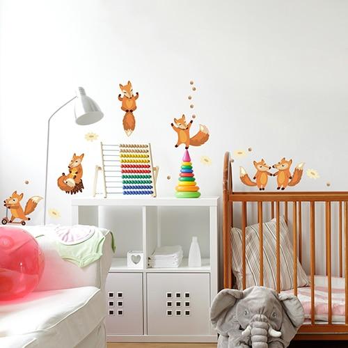 Sticker Planche Renards sur mur blanc dans une chambre d'enfant