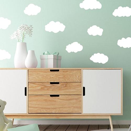 Sticker Planche Nuages sur mur bleu au-dessus d'un meuble