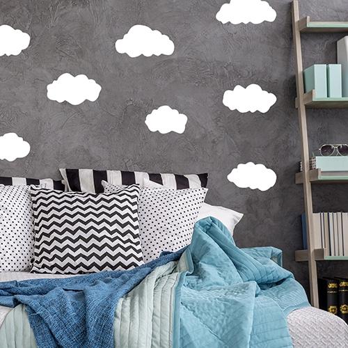 Sticker Planche Nuages sur mur gris au-dessus d'un lit