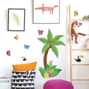 Autocollant dessiné avec papillons et cocotier sur les murs d'une chambre d'enfant