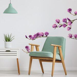 Adhésif déco magnolia derrière un fauteuil vert
