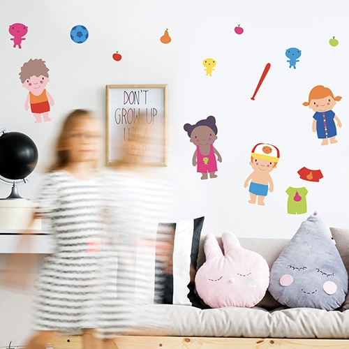 Sticker de dessins à habiller collé sur un mur de chambre d'enfant