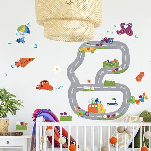 Stickers planche Circuit Automobile sur mur blanc au-dessus d'un lit d'enfant