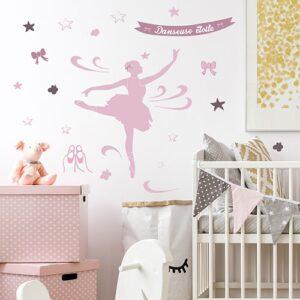 Stickers adhésifs danseuse étoile à côté d'un lit bébé