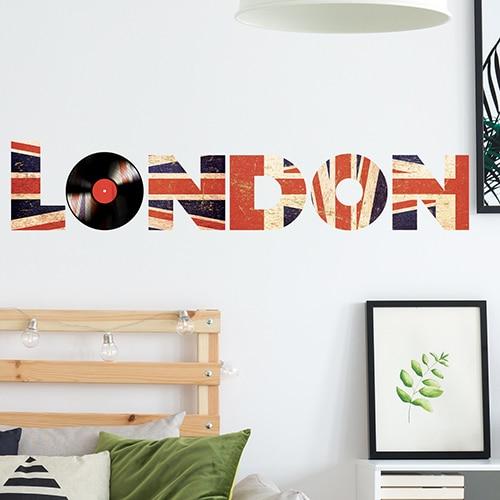 """Autocollant mot """"London"""" déco dans une chambre à couché"""