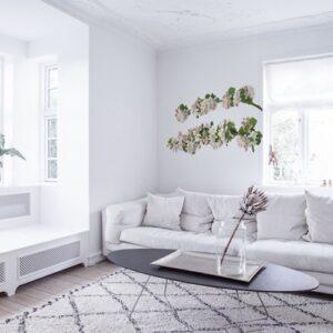 stickers adhésif Branches de Pommier Fleuri au-dessus d'un canapé blanc