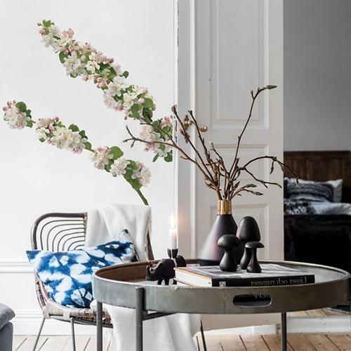 Sticker branche de pommier fleuri dans un salon déco au-dessus d'une table
