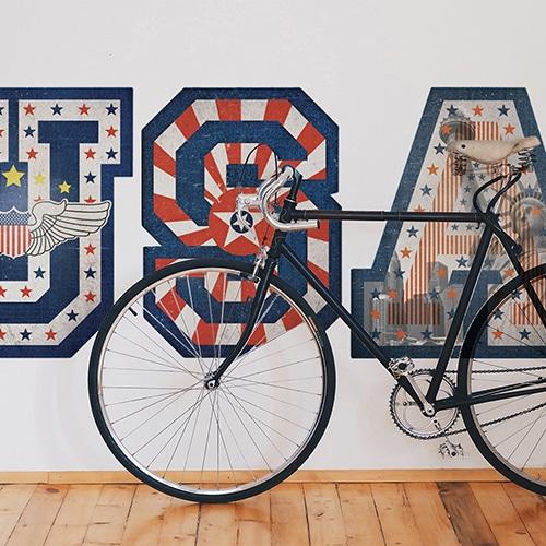 sticker mural lettres USA avec motifs drapeau des Etats-Unis mis en ambiance sur un mur blanc