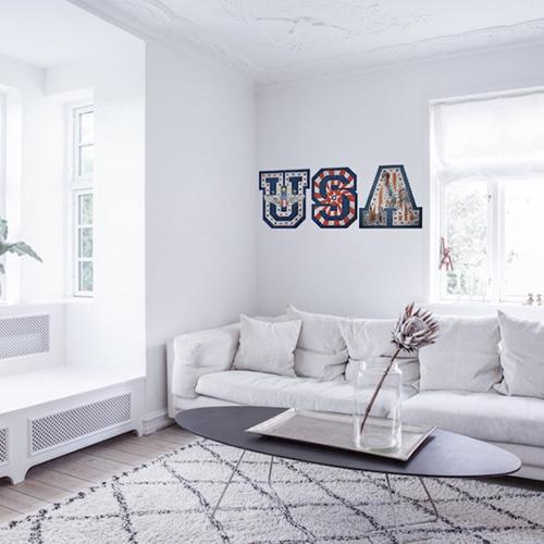 Adhésif mural lettres USA avec motifs drapeau des Etats-Unis mis en ambiance sur un mur blanc